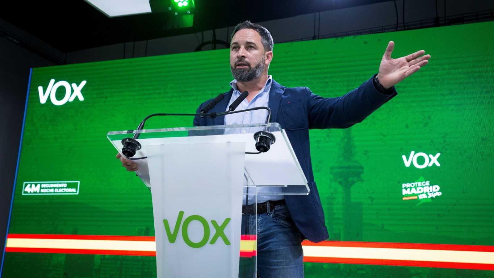 AMLO llama a opositores simpatizantes de VOX a que salgan del clóset