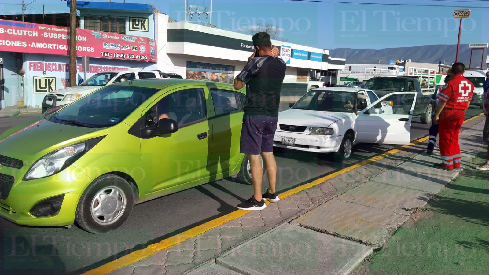 Carambola de tres automóviles en Monclova deja a dos mujeres lesionadas