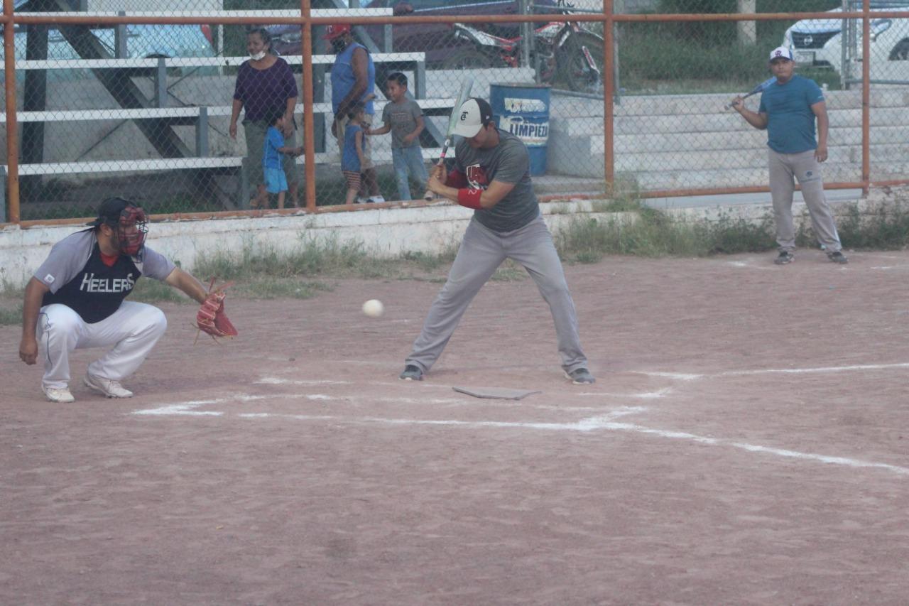 Potreros consigue segunda victoria en la liga nocturna de softbol del parque Pericos
