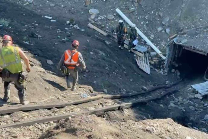 Rescatan a cuatro mineros atrapados por derrumbe en Coahuila