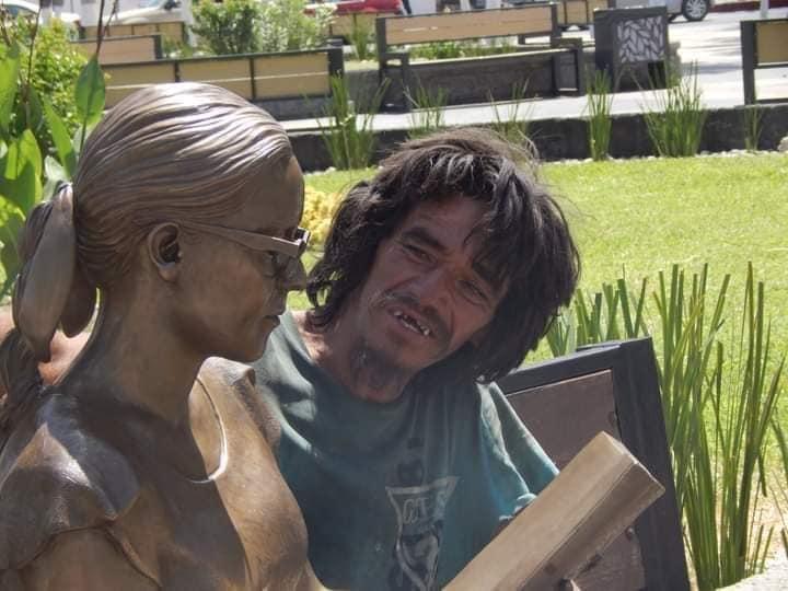 Indigente encuentra atención y amor en estatuas de la plaza de Monclova