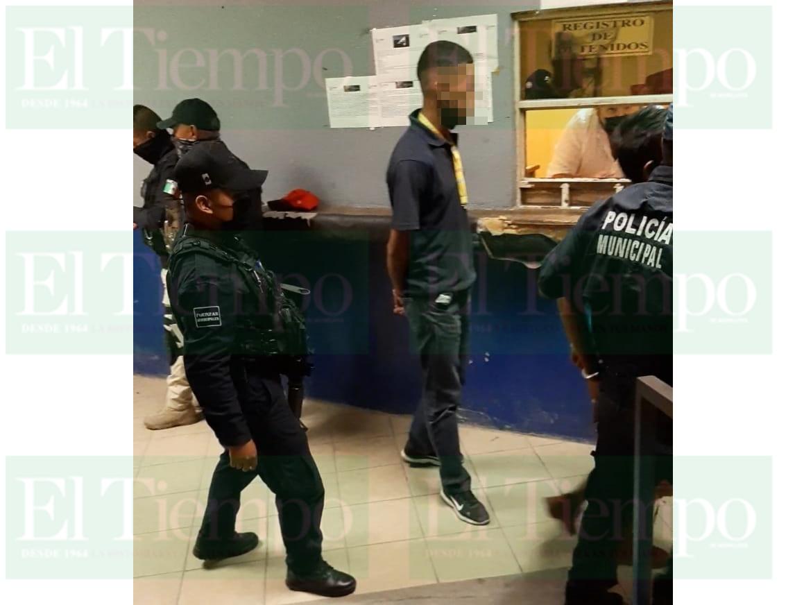 Sujeto avienta supuesta droga, pero logran atraparlo en Monclova