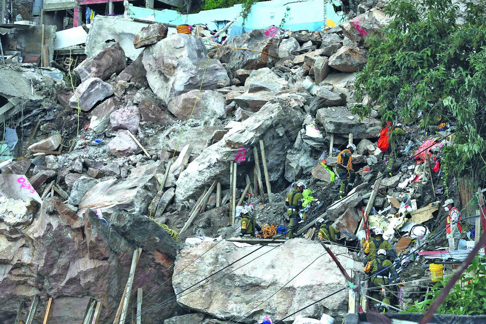 Autoridades identifican a 3 personas como desparecidas tras derrumbe