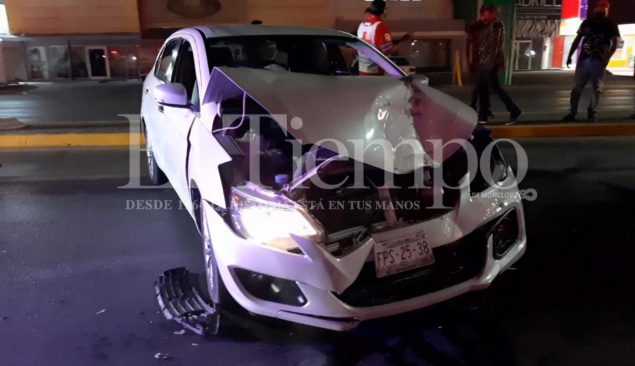 Conductor invade carril y destroza automóvil en Monclova