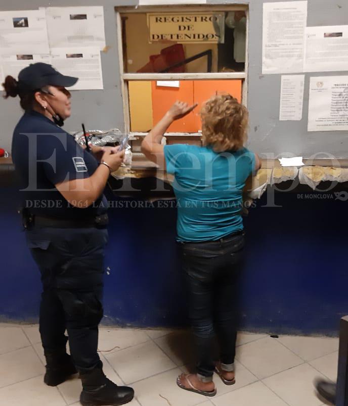 Mujer entra a cantina para ver quién le regalaba cervezas en Monclova