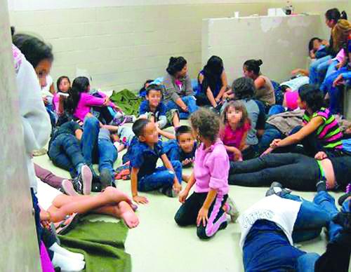 Menores migrantes denuncian maltratos en albergues de Texas