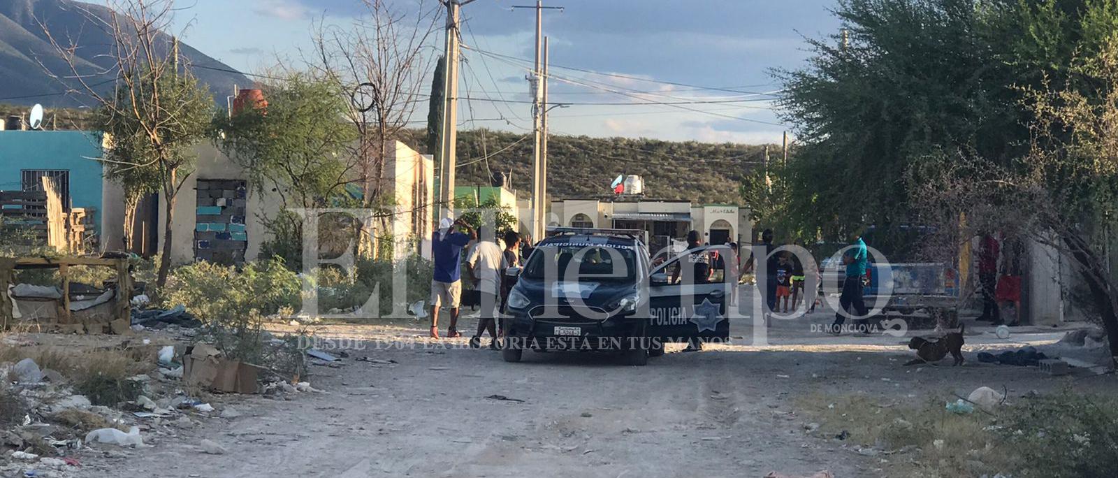 Habitantes de Monclova agarran a batazos a policías en la colonia Campanario