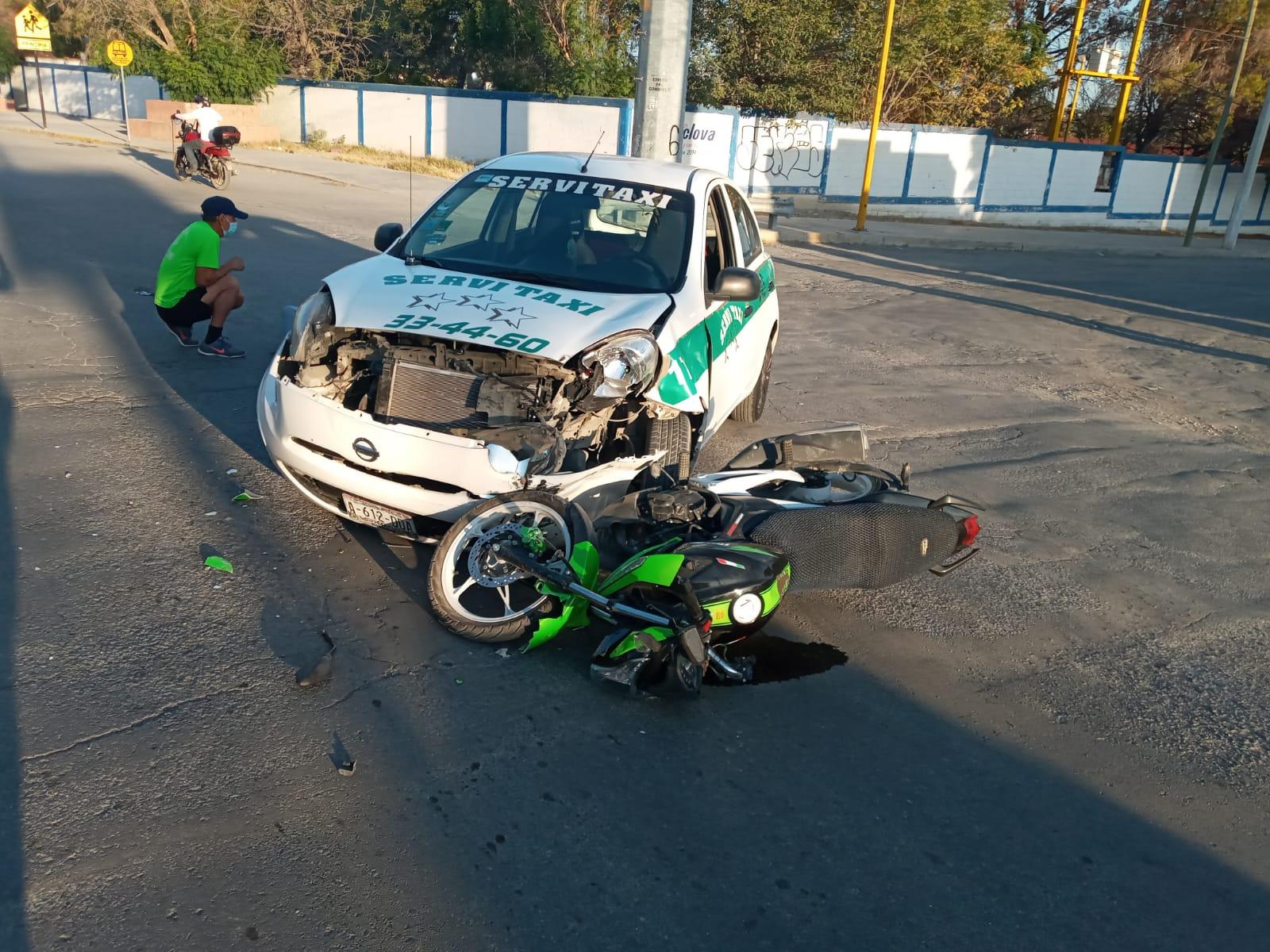 Taxista arrolla brutalmente a motociclistaen Monclova