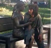 VIDEO: Indigente derrocha amor por mujer de bronce en Monclova