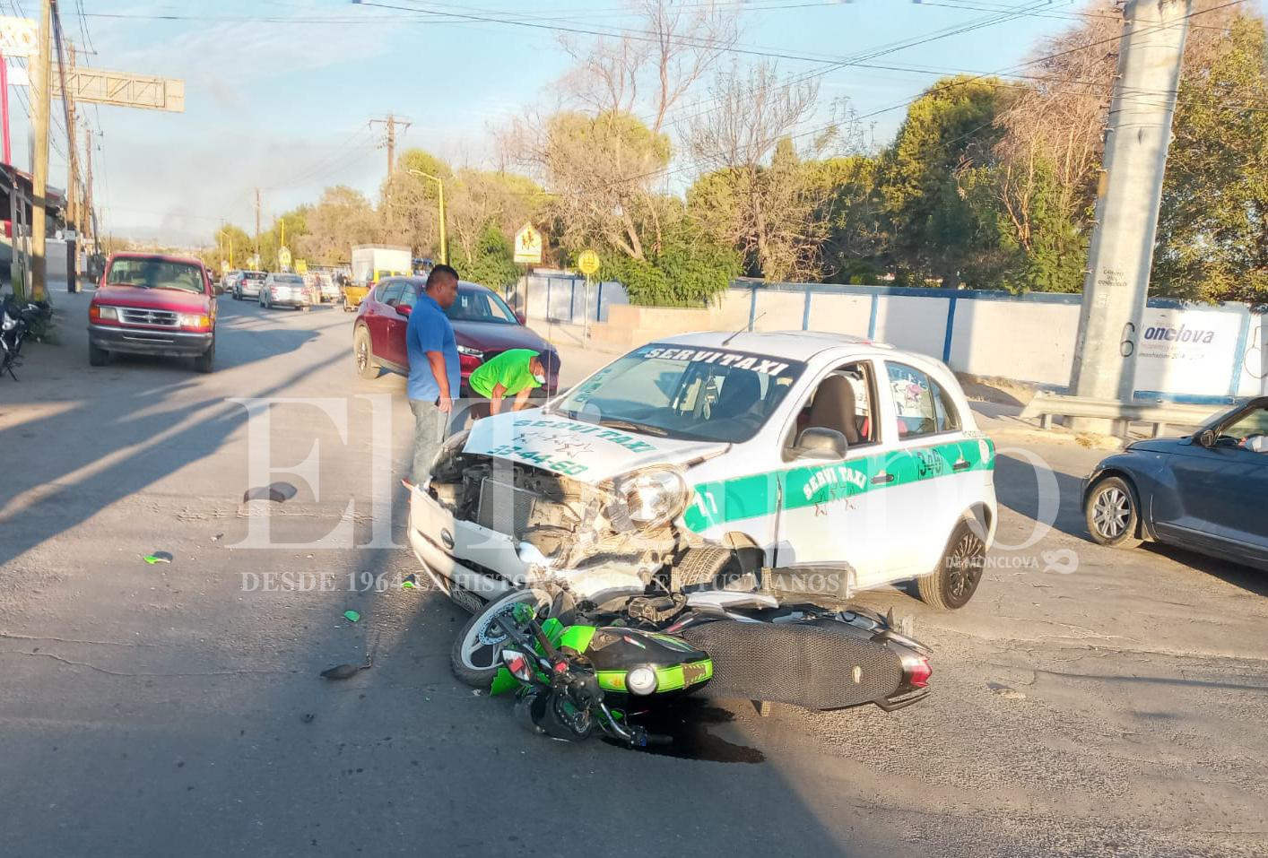 """Taxista manda """"volar"""" a motociclista en Monclova"""