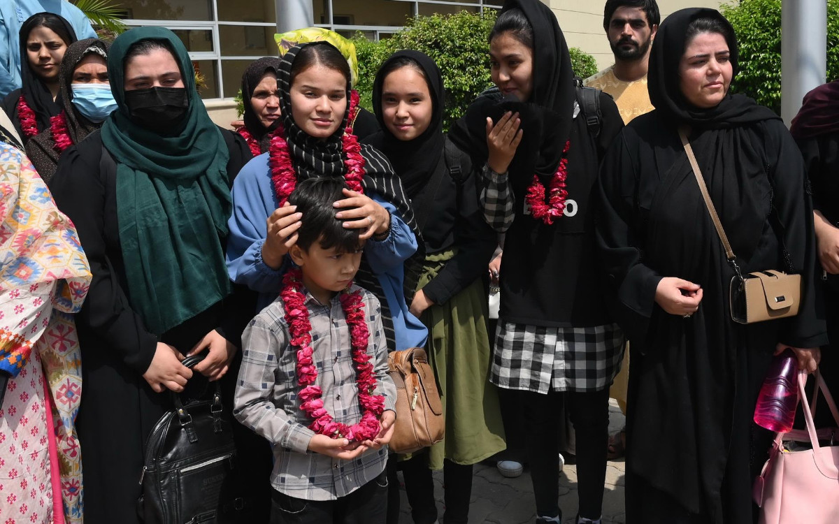 La selección de fútbol femenino juvenil afgana escapa a Pakistán