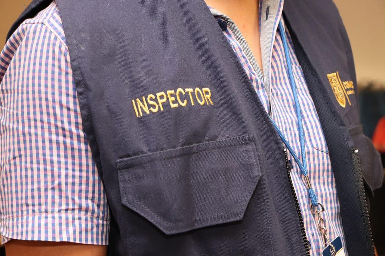 Falsos inspectores acuden a negocios para intentar extorsionar con supuestas multas