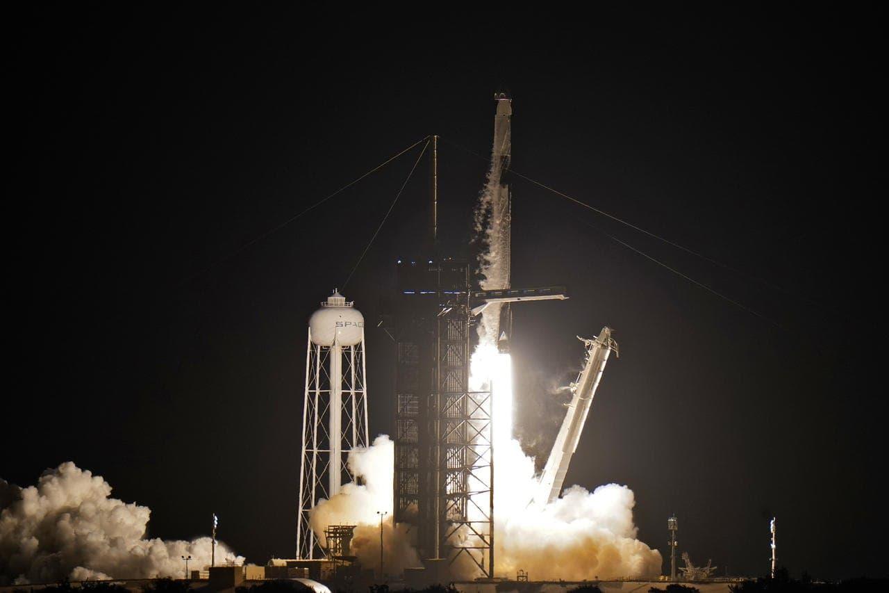Cápsula de SpaceX despega en EU con la primera misión de civiles al espacio
