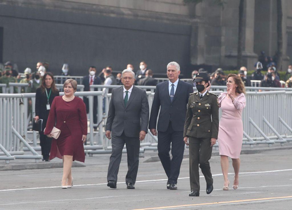 Presidente de Cuba acompaña AMLO en el desfile militar