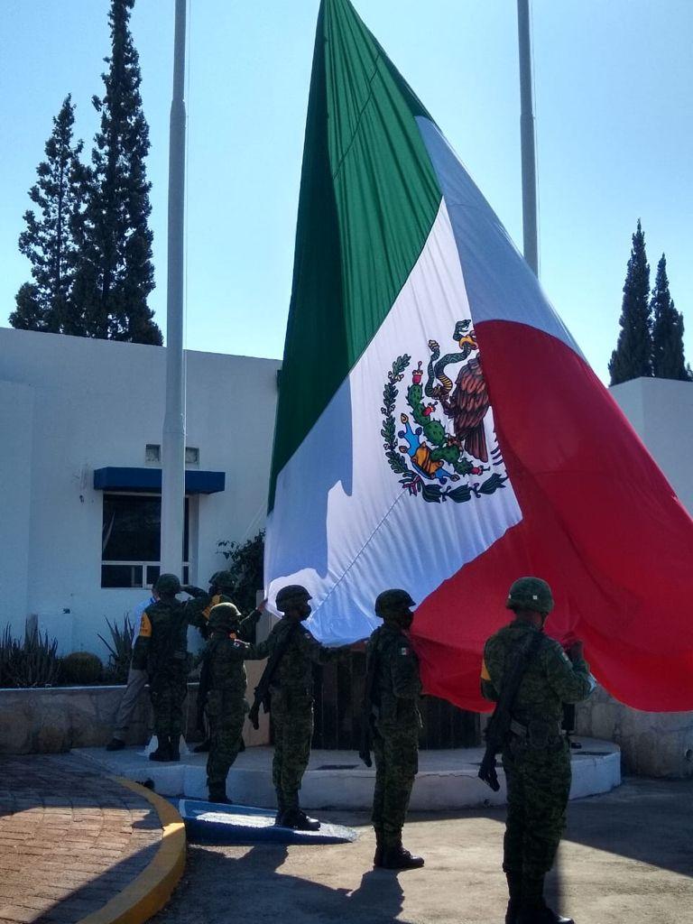 Personal del 105 Batallón iza bandera Nacional en Maxion