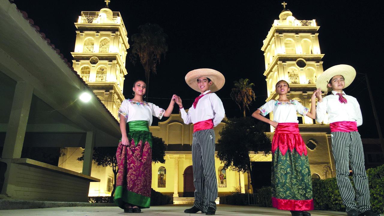 Grupo de danza baila en lugares emblemáticos