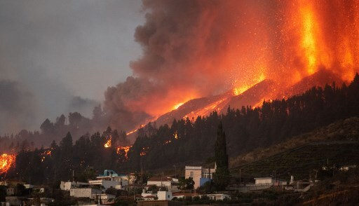 Lava del volcán Cumbre Vieja 'devora' casas en isla española de La Palma