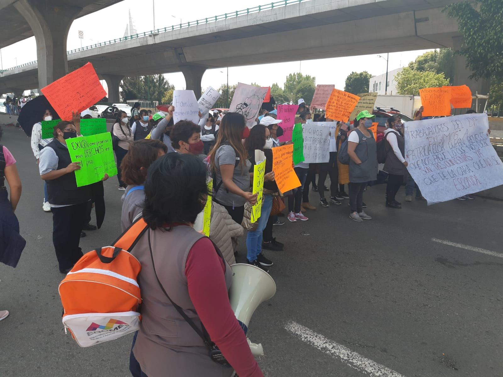 Profesoras del DIF mantienen bloqueo en Periférico Norte
