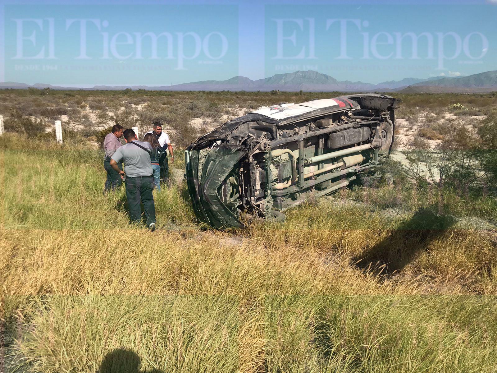 Una patrulla de la Policía Civil de Coahuila vuelca sobre la carretera 57