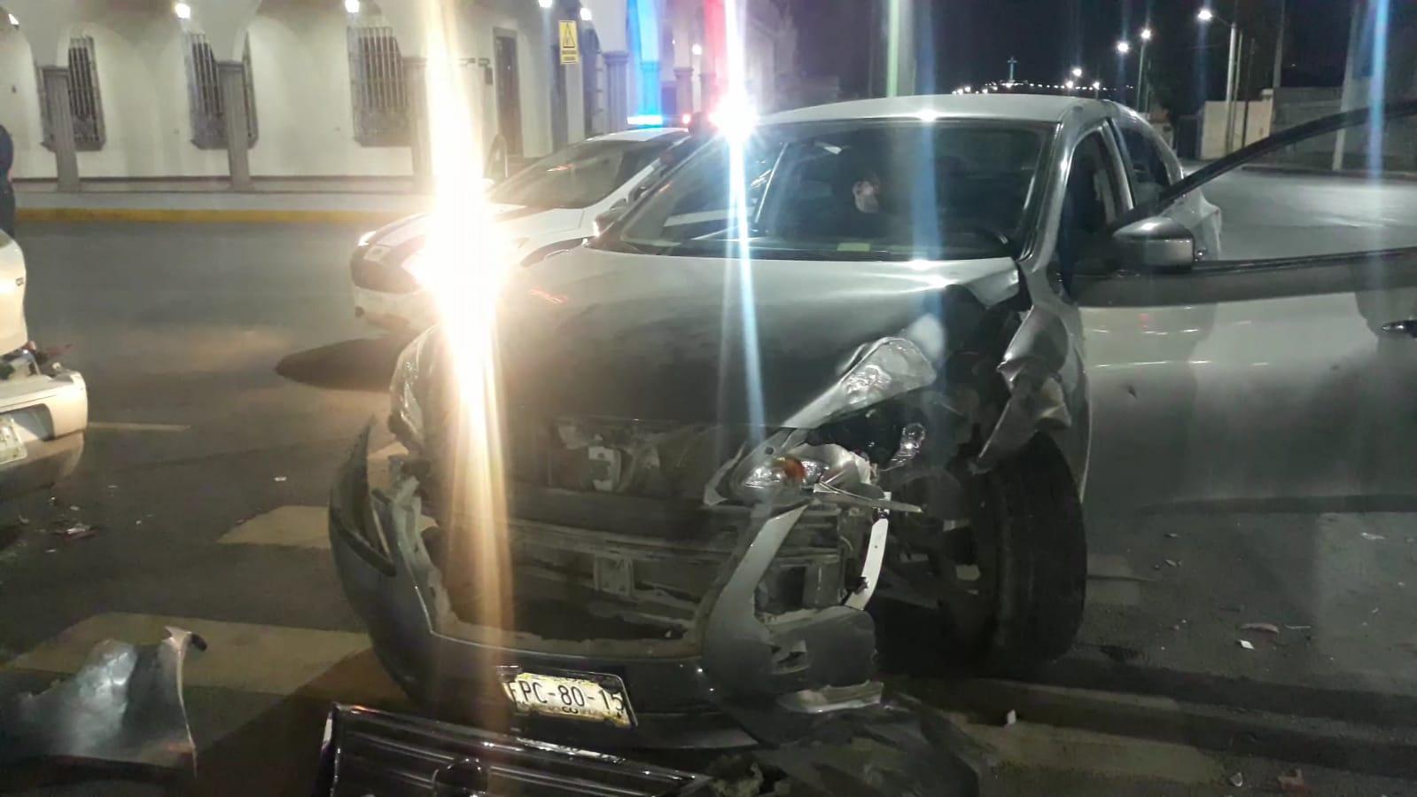 Dos carros chocan frente a la presidencia municipal de Frontera