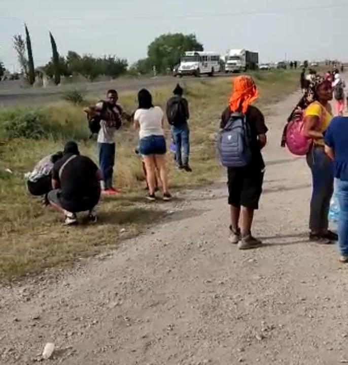 Migrantes le hace 'fuchi' a comida en Monclova; piden dinero