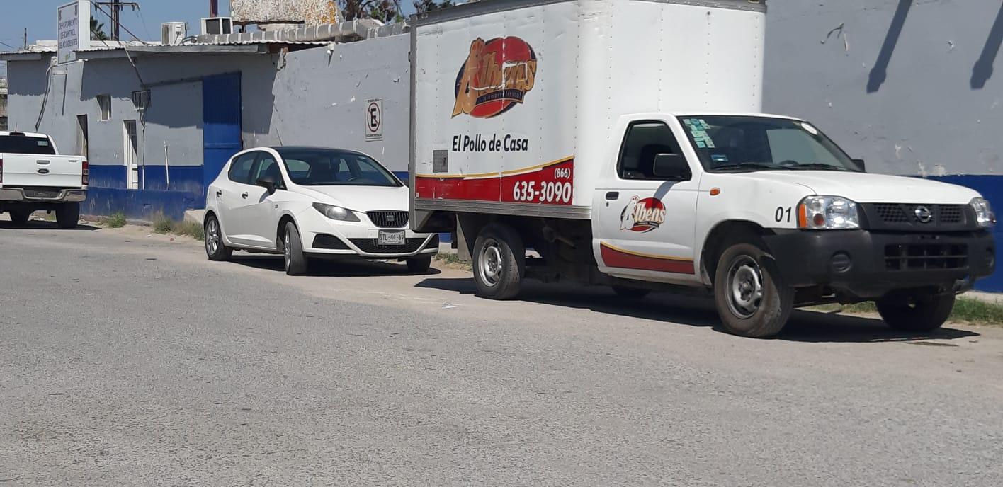 Camioneta dedicada a la venta de pollo fresco es chocada por alcance en Monclova