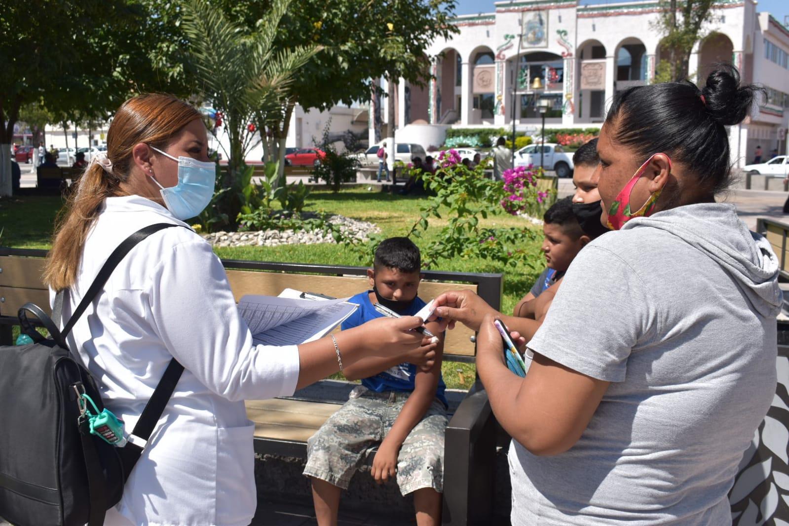 Niños y niñas hasta 9 años reciben vacuna triple viral en Monclova