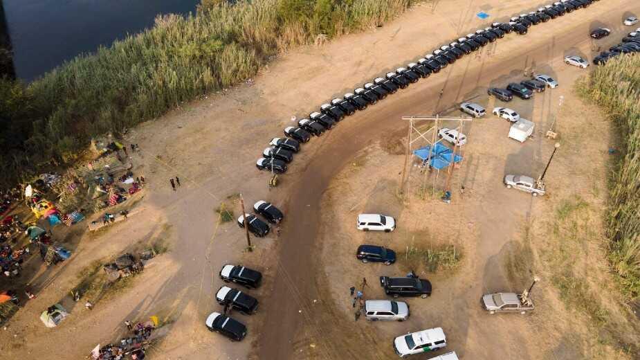 El gobierno de Texas forma 'muro de acero' con autos para frenar a haitianos en la frontera