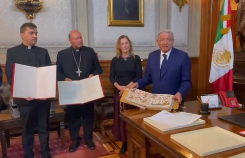 Recibe AMLO Códice y carta del Papa Francisco por la Independencia
