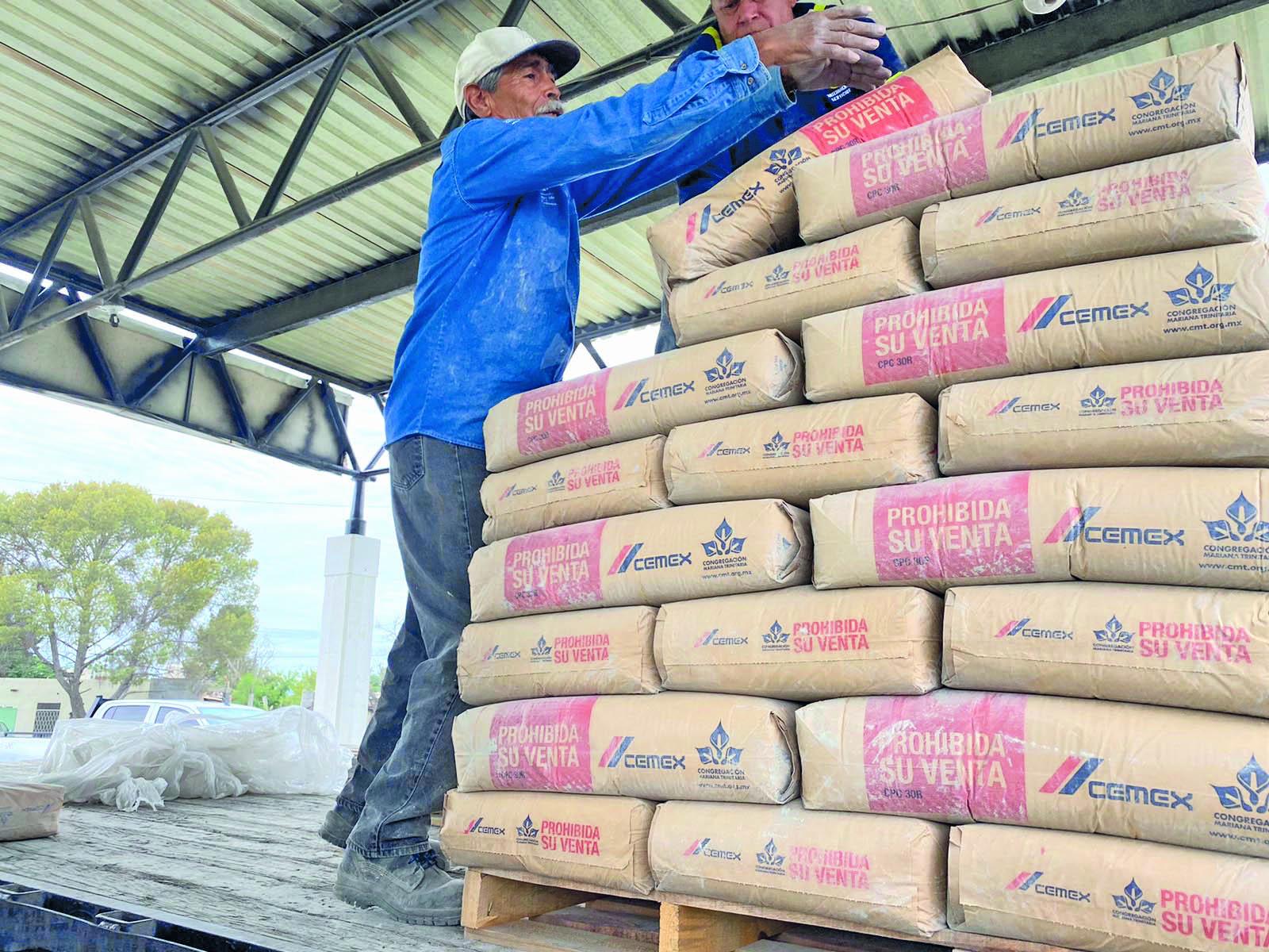 Familias reciben pedido de cemento subsidiado