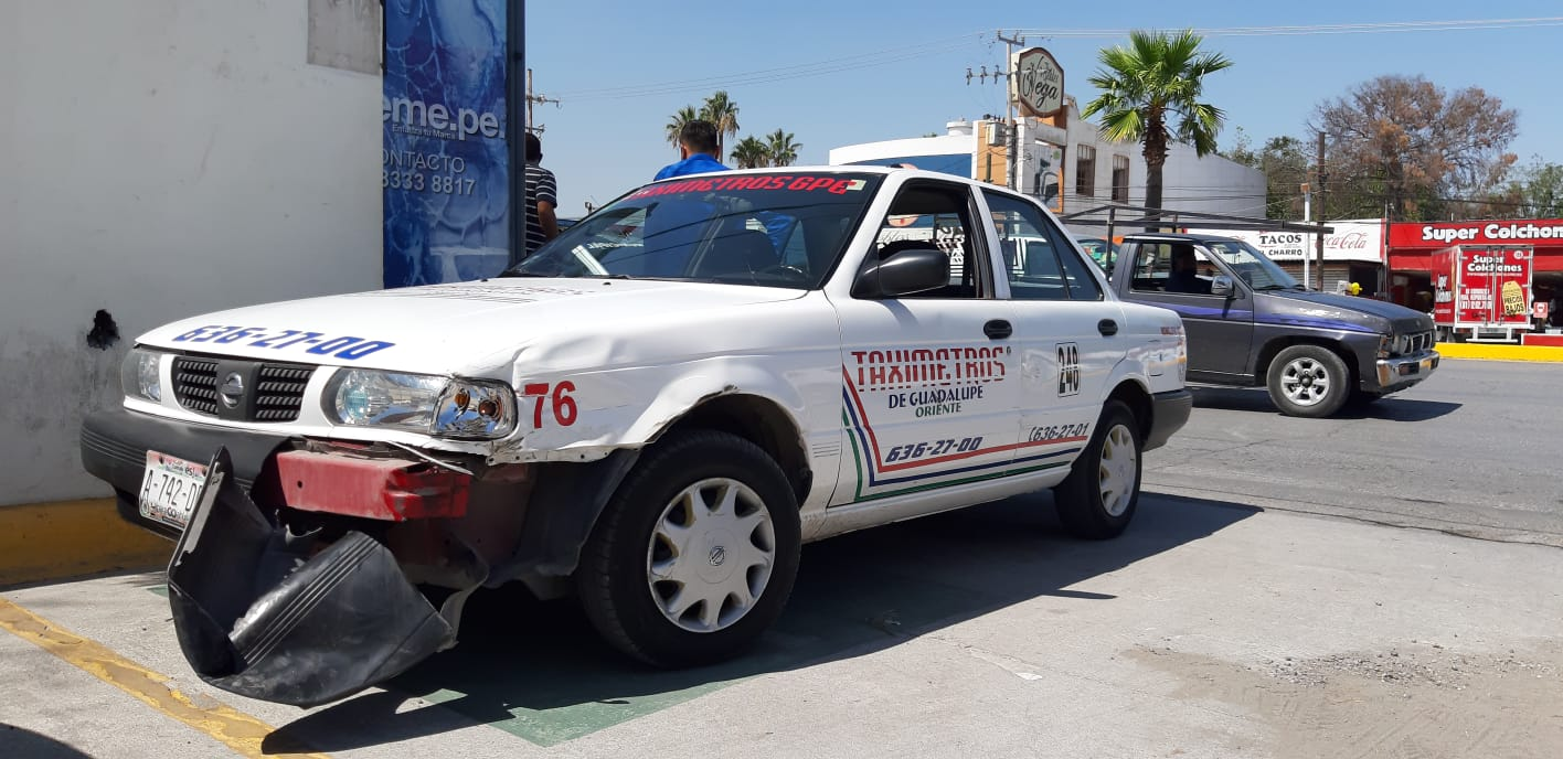 Camioneta se le atraviesa a taxi y provoca accidenteen Monclova