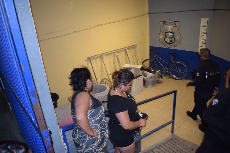 """Dos mujeres terminan """"agarradas del chongo"""" por un hombre en Monclova"""