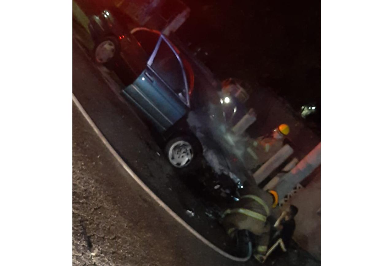 Automóvil termina consumido por el fuego en Monclova