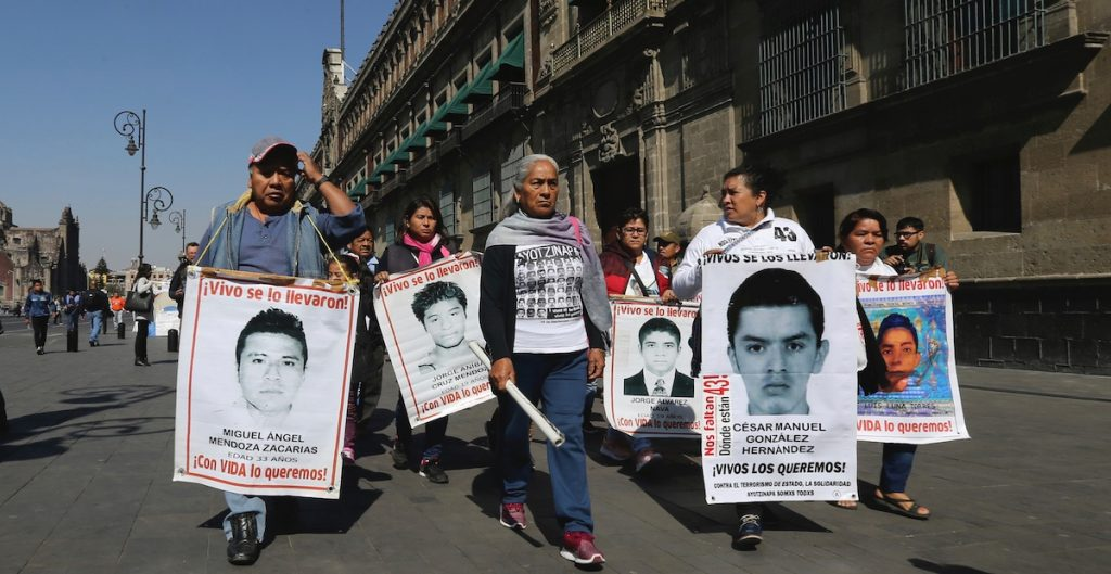 AMLO se reúne con padres de los 43 normalistas de Ayotzinapa