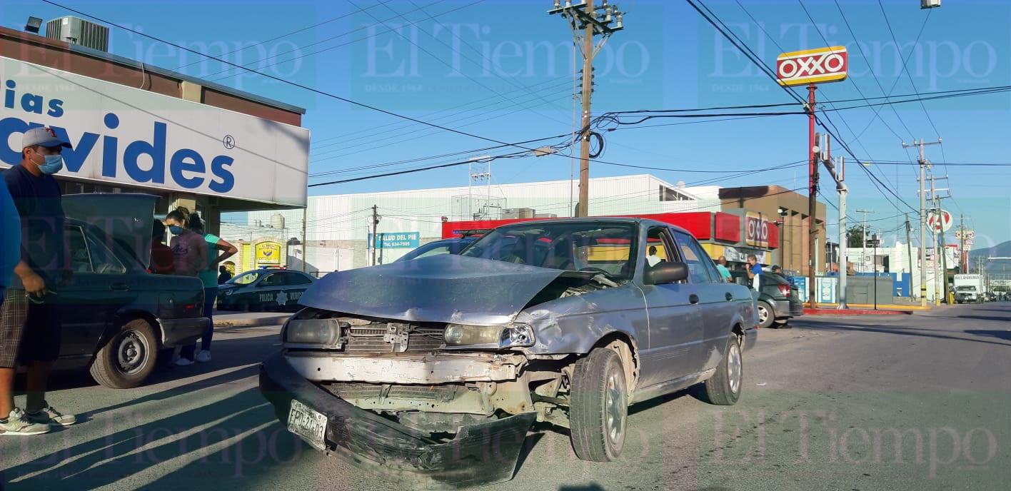 Conductor no respeta la luz roja del semáforo y choca en Monclova