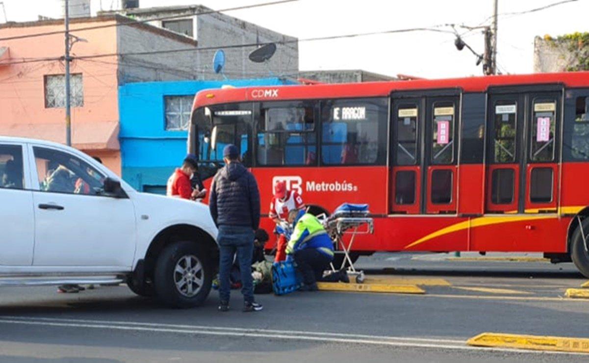 Camioneta embiste a repartidor en moto y Metrobús lo atropella en GAM