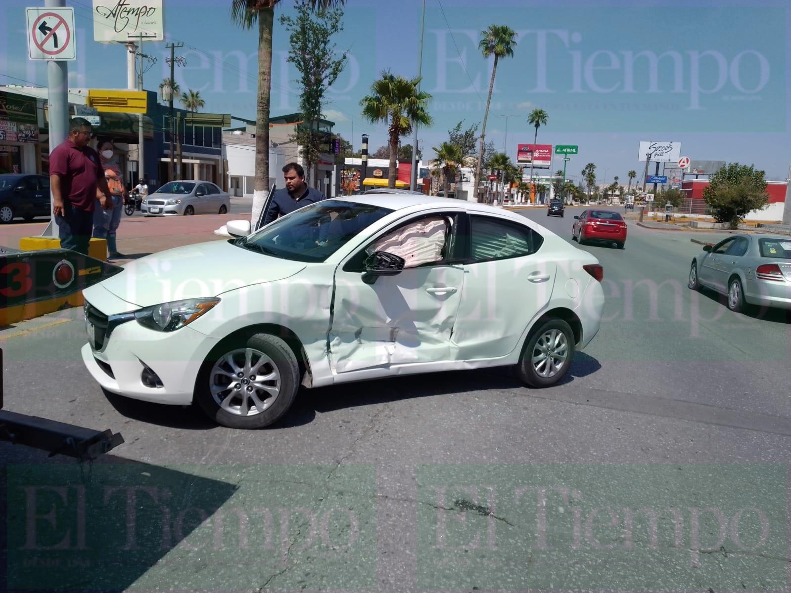 Dos automóviles participan en fuerte accidente en Monclova