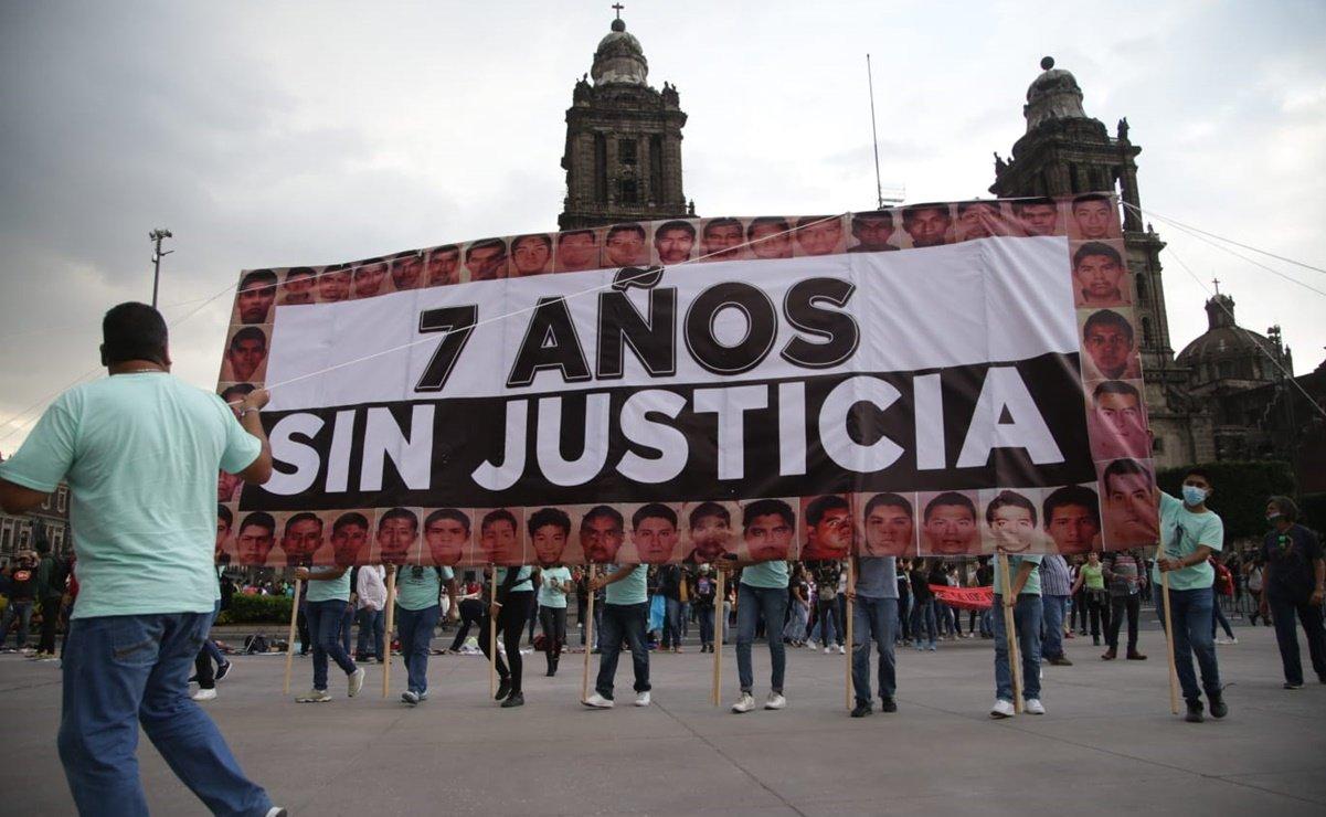 Padres de normalistas llegan al Zócalo a 7 años de su desaparición