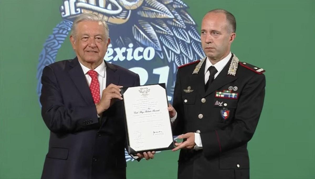 AMLO entrega condecoración a comandante de carabineros de Italia