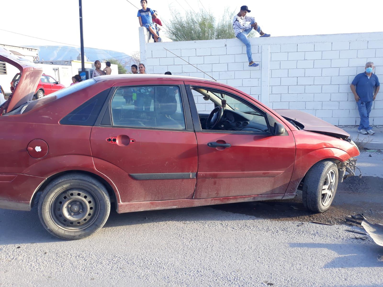 Dos automóviles chocan de frente y terminan destrozados en Monclova