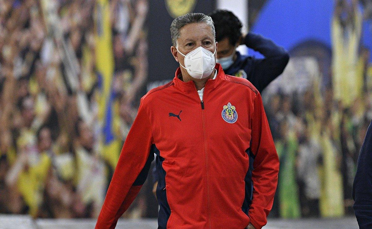 Amaury Vergara visita el entrenamiento de Chivas