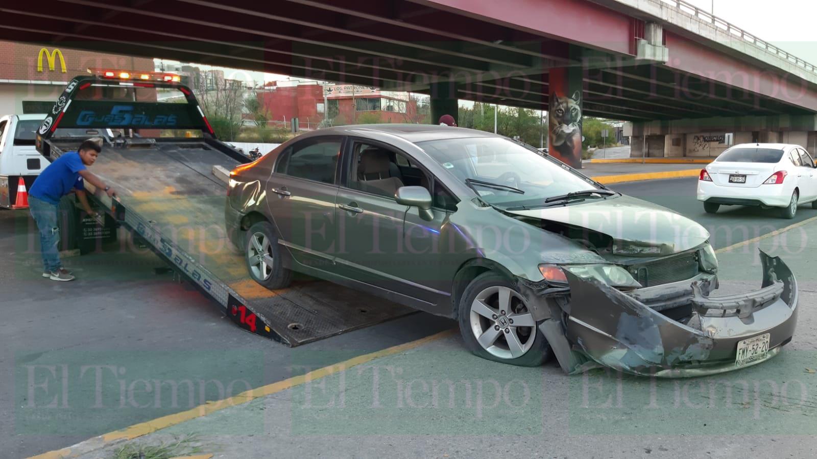 Joven conductor se pasa la luz roja del semáforo en Monclova y provoca fuerte accidente