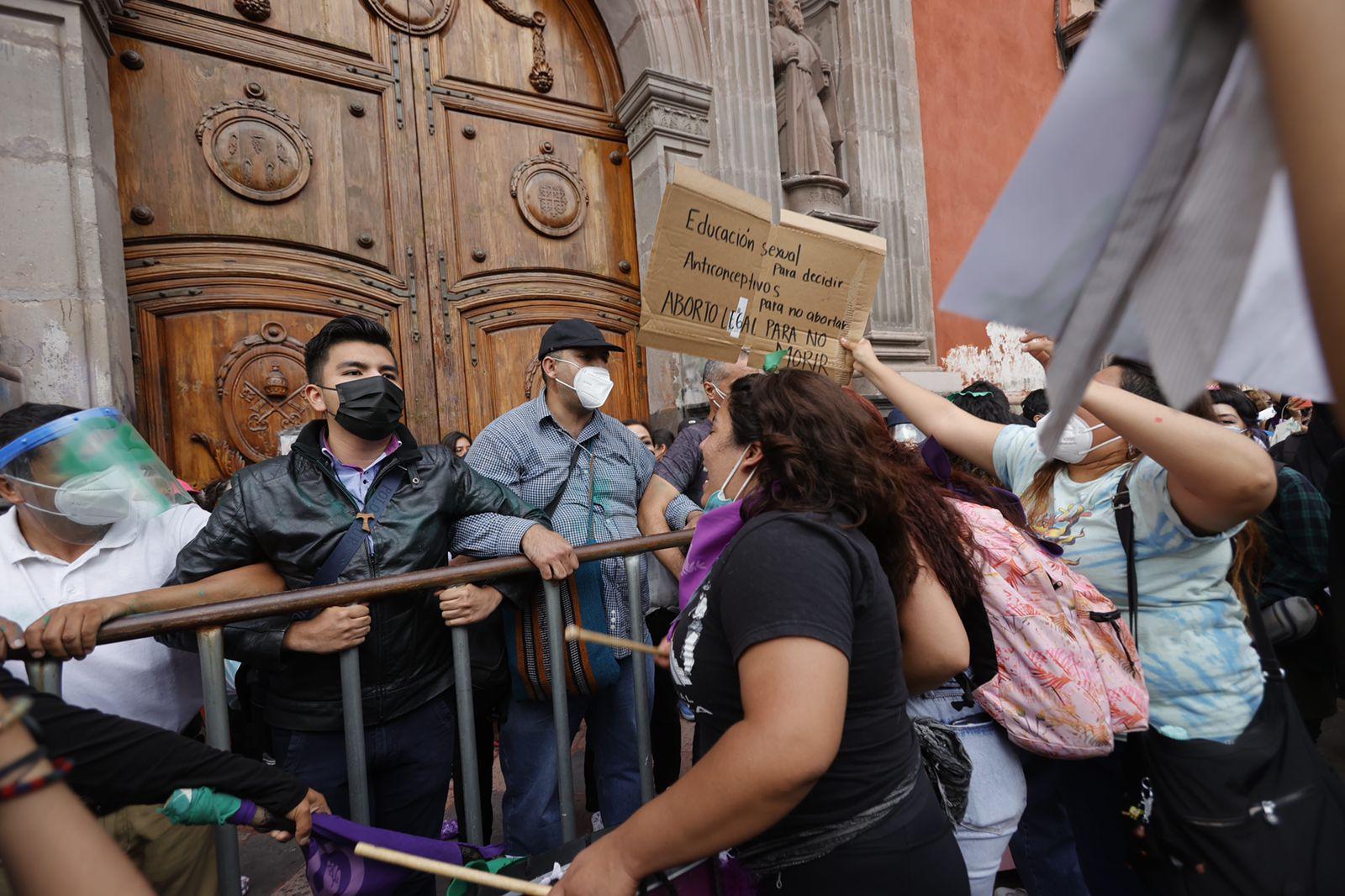 Feministas en Querétaro enfrentan a grupo provida