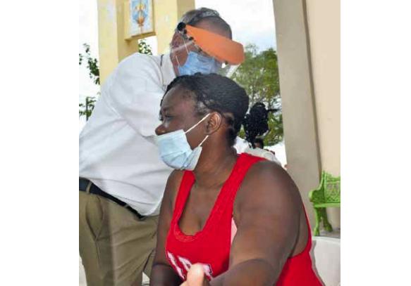 Haitianos reciben vacuna triple viral y antitetánica en Frontera