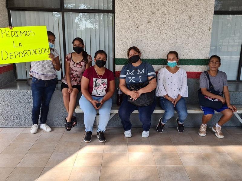 Monclovenses se manifiestan en el Puente Dos de Piedras Negras; piden que EU deporte a sus familiares