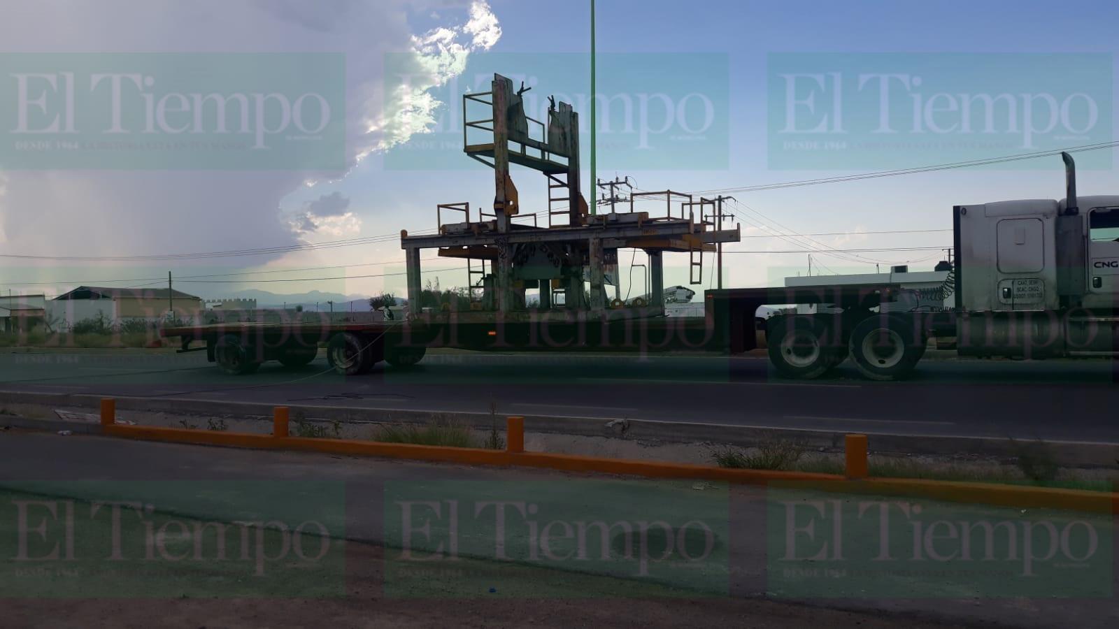 Tráiler de exceso en dimensiones derriba cables de alto voltaje en Frontera
