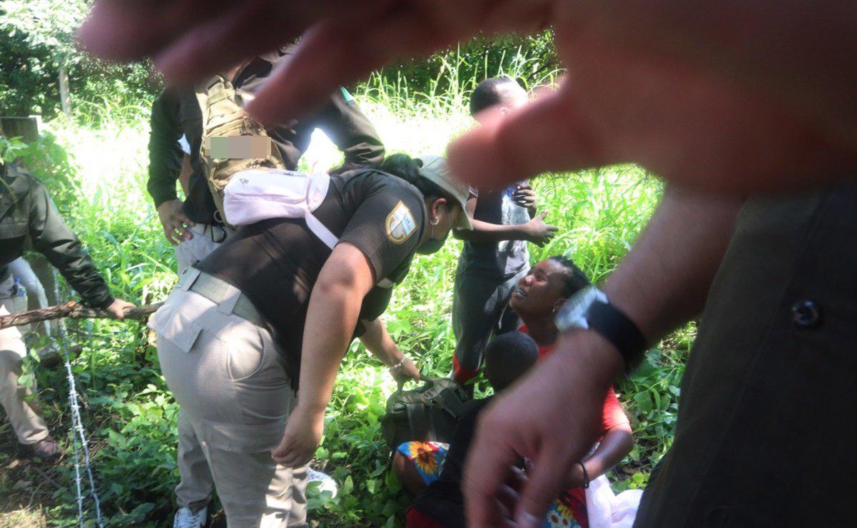 Migrantes haitianos agreden a golpes a personal de enlace con la Aduana Americana