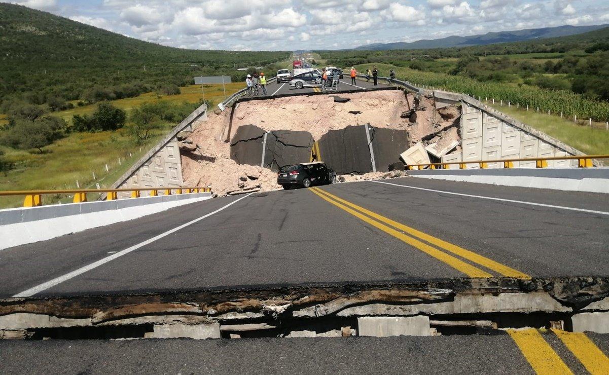 Colapsa puente vehicular en SLP; reportan un muerto y 4 heridos