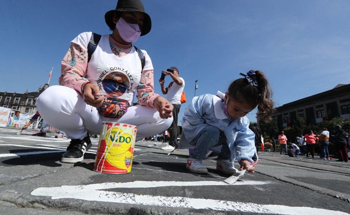 Madre e hija se manifiestan en Plaza de los Mártires; piden amnistía