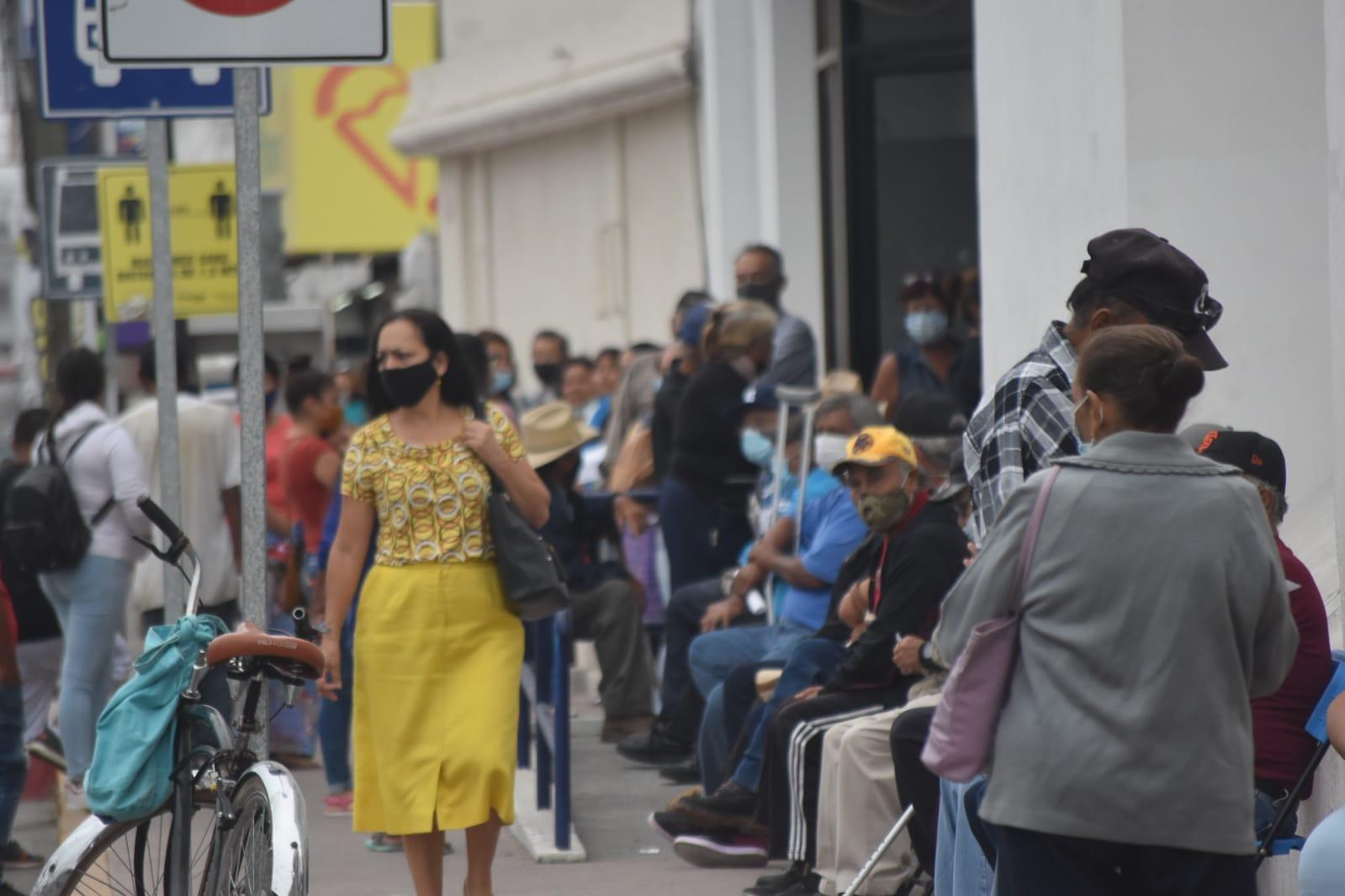 Los adultos mayores abarrotan banco para cobrar su pensión en Monclova